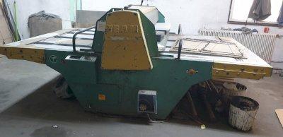 Mașină de ștanțat constituită dintr-un echipament industrial specializat pe debitare a cutiilor de carton
