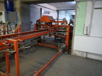 Mașină de confecționat cutii constituită dintr-un echipament specializat pe îndoirea și lipirea cutiilor de carton paralelipipedice