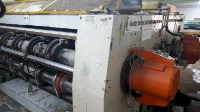 Mașină de confecționat cutii constituită dintr-un echipament specializat pe pretăierea și imprimarea cu 2 culori a cutiilor de carton paralelipipedice